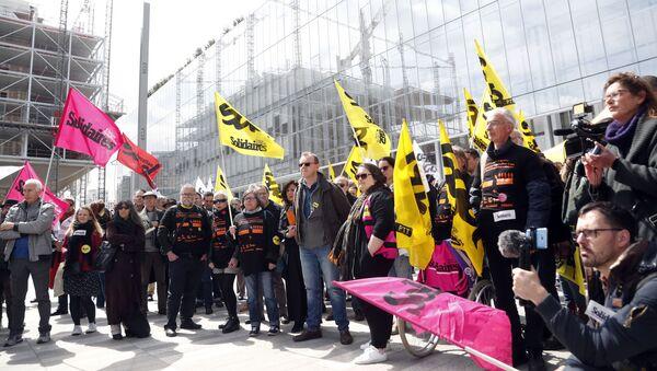 Çalışanlarının intiharıyla gündeme gelen France Telecom davasında, sendikalar protesto gösterisi yaptı. - Sputnik Türkiye