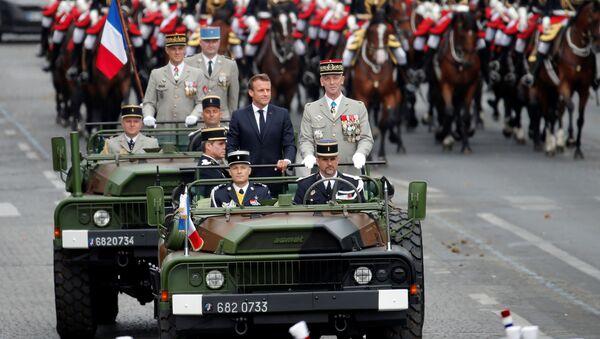 14 Temmuz 2019 Bastille Günü askeri geçit töreninde Genelkurmay Başkanı Francois Lecointre'nin eşlik ettiği  Cumhurbaşkanı Emmanuel Macron protesto edildi. - Sputnik Türkiye