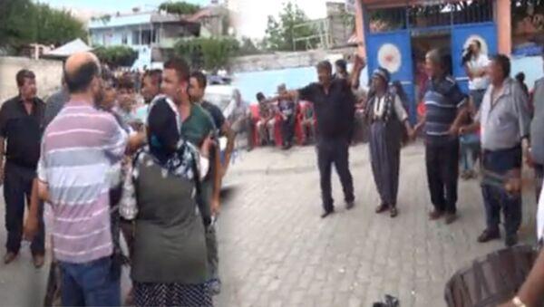 Kahramanmaraş'ta, mahalledeki düğünde komşu iki ailenin fertleri arasında çıkan kavgada, 2'si polis 3 kişi yaralandı. Olayla ilgili 3 kişi gözaltına alınırken, kavganın ardından düğüne davul zurna eşliğinde devam edildi. Kavgaya karışan iki gruptan birkaç kişi, kol kola halay çekip, göbek attı.  - Sputnik Türkiye