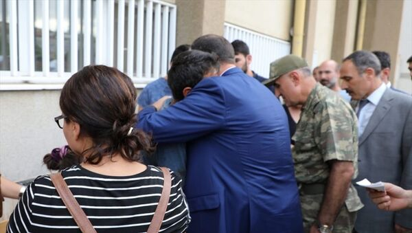 Tunceli'de PKK mensuplarınca araziye önceden yerleştirildiği değerlendirilen patlayıcının infilak etmesi sonucu sevk edildiği Elazığ Fırat Üniversitesi Hastanesi'nde hayatını kaybeden 4 yaşındaki Nupelda Güloğlu'nun cenazesi, memleketine gönderildi. Hastane morgunu ziyaret eden Elazığ Valisi Çetin Oktay Kaldırım (ortada), Güloğlu'nun babası Ekber Güloğlu'na sarılarak baş sağlığı diledi. - Sputnik Türkiye