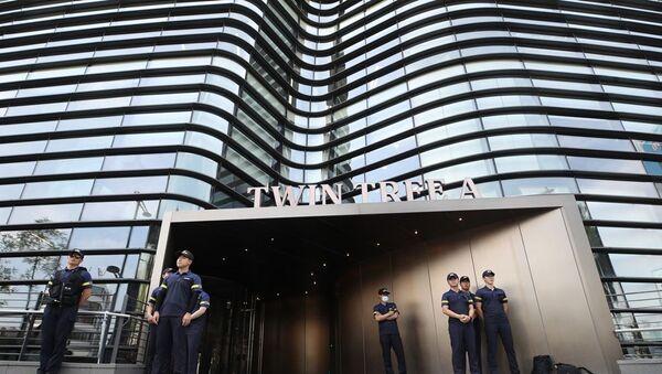 Güney Kore polisi, Japonya Büyükelçiliği'nin de için bulunduğu binanın önünde nöbet tutuyor  - Sputnik Türkiye