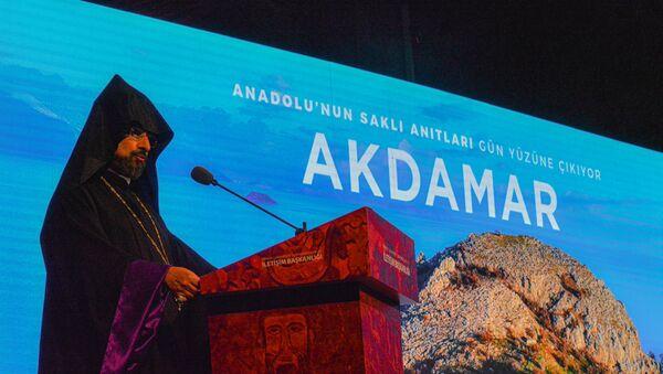 Akdamar Kutsal Haç Kilisesi Fotoğraf Sergisi'nde Ermeni Patrik Kaymakamı Sahak Maşalyan - Sputnik Türkiye