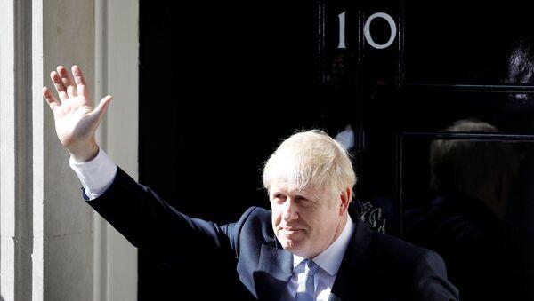 Boris Johnson, Downing Sokağı 10 Numara'daki başbakanlık konutuna ikamet etmek üzere girerken - Sputnik Türkiye