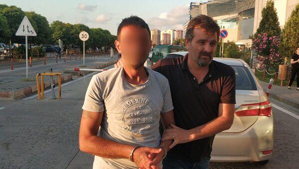 Uyuşturucudan ölen arkadaşının cenazesinde uyuşturucuya karşı pankart taşıyan şahıs uyuşturucu ile yakalandı  - Sputnik Türkiye