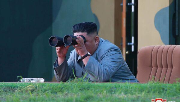 Kuzey Kore Lideri Kim Jong-un, ülkesinin füze denemesini izledi. - Sputnik Türkiye