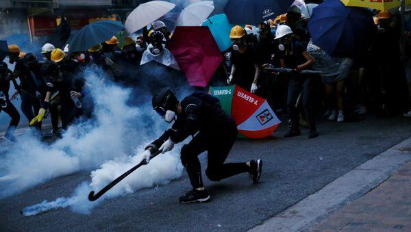 Hong Kong'da Çin İrtibat Bürosu'na yürüyen protestocularla polis arasında şiddetli çatışmalar çıktı - Sputnik Türkiye
