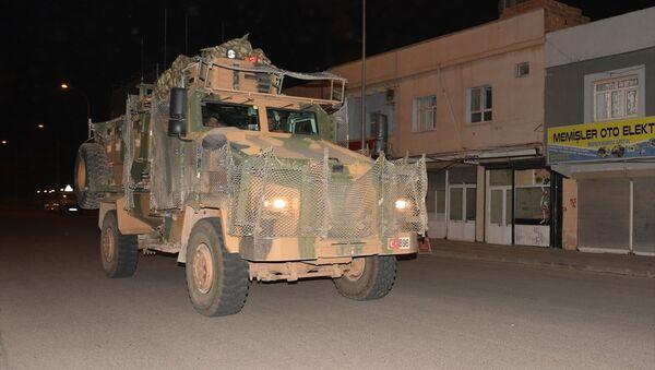TSK tarafından Suriye sınırındaki askeri birliklere zırhlı personel taşıyıcısı ve komando takviyesi yapıldı. - Sputnik Türkiye