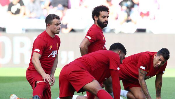 Maç önü ısınan Liverpool futbolcuları Mo Salah, Xherdan Shaqiri, Roberto Firmino - Sputnik Türkiye