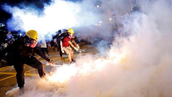 Çin'in Hong Kong Özel İdare Bölgesi'nde, zanlıların Çin'e iadesini kolaylaştıran yasa tasarısına karşı on binlerce göstericinin katıldığı protesto - Sputnik Türkiye