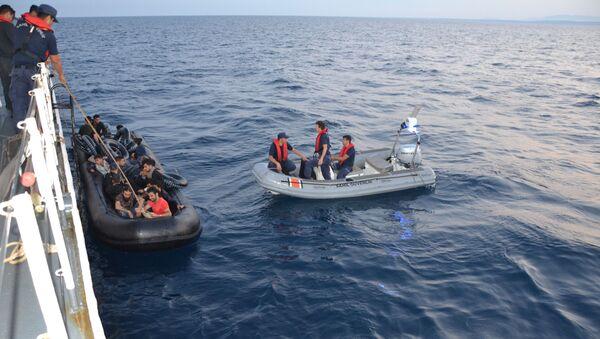 Edirne'de lastik botta 36 kaçak göçmen yakalandı   - Sputnik Türkiye