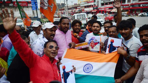 Hindistan halkı, hükümetin Cammu Keşmir'e özerklik tanıyan maddenin iptalini parlamentoya taşımasını kutladı. - Sputnik Türkiye