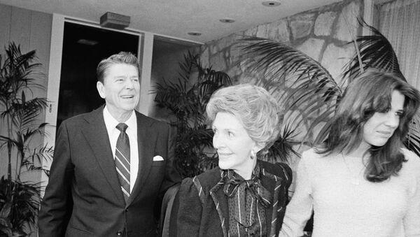 Eski ABD Başkanı Ronald Reagan, eşi Nancy Reagan ve kızı Patti Davis - Sputnik Türkiye