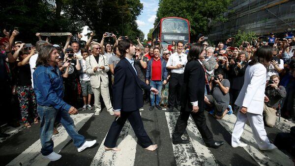 Efsanevi İngiliz grup The Beatles'ın ünü albümü de aşan ikonik Abbey Road fotoğrafının 50. yıldönümü binlerce kişinin katılımıyla yerinde kutlandı. - Sputnik Türkiye