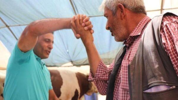 Kayseri'de besici Orhan Kaya, satacağı kurbanlık için elini tutarak pazarlık yaptığı adamın fark etmeden parmaklarını kırdı. Pazarlıktan sonra parmaklarının kırıldığının fark eden yaşlı adam, barışmak için 1500 TL daha indirim istedi. - Sputnik Türkiye