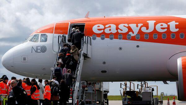 FILE PHOTO: Passengers board an easyJet plane at Nantes-Atlantique airport in Bouguenais near Nantes, France, April 4, 2019. REUTERS/Stephane Mahe/File Photo - Sputnik Türkiye