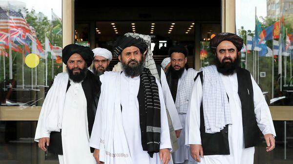 Taliban'ın Katar'daki siyasi ofisinin şefi Molla Birader Ahund ve Taliban müzakere heyeti - Sputnik Türkiye