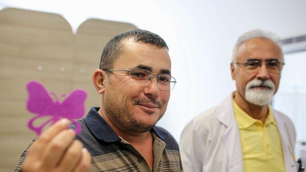 Antalya'da ağaç budadığı sırada başlayan ağrı nedeniyle hastaneye giden 38 yaşındaki Ahmet Gök'ün sağ kulağından canlı kelebek çıkarıldı. - Sputnik Türkiye
