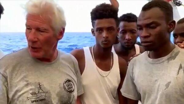 Richard Gere'den Akdeniz'de mahsur kalan göçmenlere ziyaret - Sputnik Türkiye