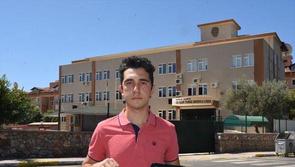 Antalya'nın Alanya ilçesinde okulundaki not ortalamasının yanlış hesaplanmasından dolayı istediği üniversiteye yerleşemediğini iddia eden öğrenci İbrahim Erdem Atila (fotoğrafta), okul yönetiminden şikayetçi oldu. - Sputnik Türkiye