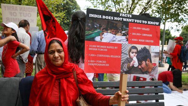 Beyaz Saray önünde toplanan ABD'de yaşayan Keşmirli bir grup, Hindistan'ın Keşmir'e yönelik politikalarını protesto etti. - Sputnik Türkiye