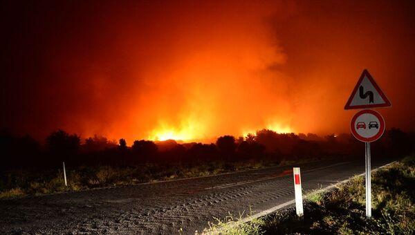 Çanakkale'nin Eceabat ilçesinde çıkan orman yangınını kontrol altına alma çalışmaları sürüyor. - Sputnik Türkiye