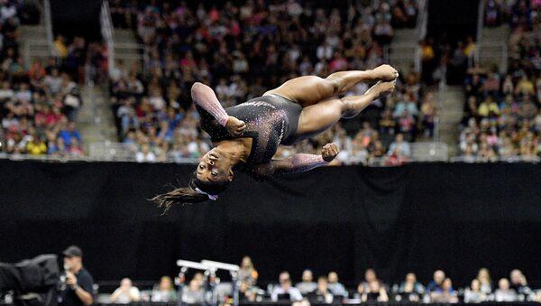ABD'li cimnastikçi Simone Biles, Missouri'de düzenlenen jimnastik şampiyonasında yaptığı iki burgulu ikili salto ile tarihe geçti. - Sputnik Türkiye