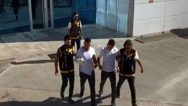 Bursa'nın Kestel ilçesinde iki kardeş ile dargın oldukları arkadaşları arasında Bayram kutlaması meselesi yüzünden çıkan bıçaklı kavgada 1 kişi hayatını kaybetti, 2 kişi yaralandı. - Sputnik Türkiye