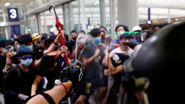 Hong Kong Havalimanı'nda protestocular ile polis arasında çatışma  - Sputnik Türkiye
