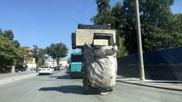 Kağıt toplayıcısının 'koltuk takımı' ile tehlikeli yolculuğu - Sputnik Türkiye