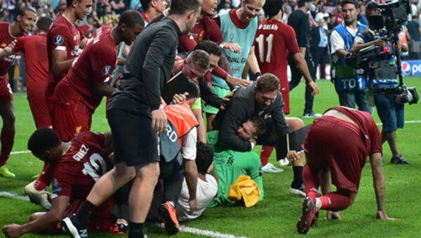 Liverpool Kulübü, İstanbul'da oynanan UEFA Süper Kupa maçından sonra oyuncuların kutlama yaptığı sırada sahaya atlayan ve kaleci Adrian'ı sakatlayan taraftardan dolayı UEFA'ya şikayette bulundu. - Sputnik Türkiye