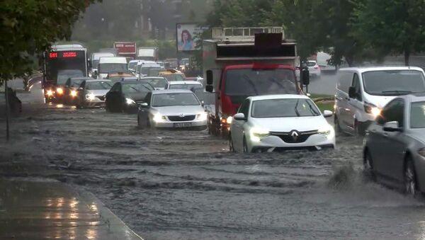 Kuvvetli sağanak yağışın etkisi altına giren İstanbul'da bir kez daha yollar su altında kaldı. - Sputnik Türkiye