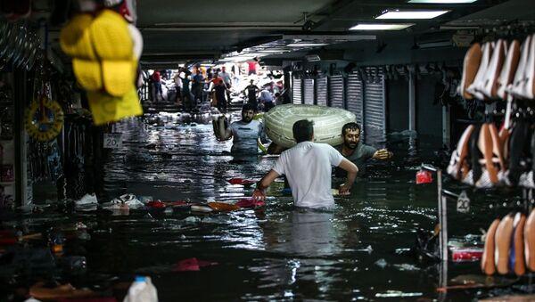 İstanbul yağışa teslim: Alt geçitleri su bastı, 1 kişinin cansız bedeni bulundu - Sputnik Türkiye