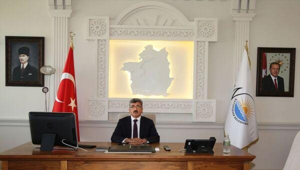 Cumhuriyetimizin kurucu lideri Mustafa Kemal Atatürk'ün küçük portresinin yerine, Van Valisi ve Büyükşehir Belediyesi Başkan Vekili Mehmet Emin Bilmez'in talimatıyla büyük portresi asıldı - Sputnik Türkiye