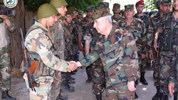 Suriye Savunma Bakanı General Ali Abdullah Eyüp İdlib vilayetinde Nusra'dan kurtarılan stratejik Hubeyt'te üslenen askerleri ziyaret ederken - Sputnik Türkiye