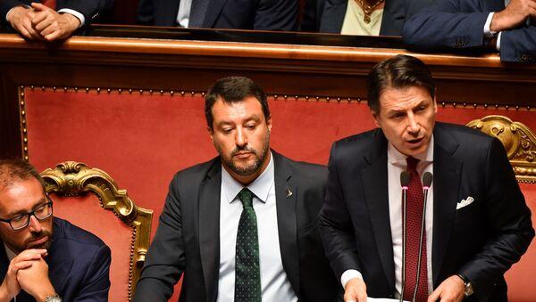 İtalya'da yaşanan hükümet krizinde, Başbakan Giuseppe Conte istifa edeceğini duyurdu. Conte, yardımcısı Matteo Salvini'ye tepki gösterdi. - Sputnik Türkiye