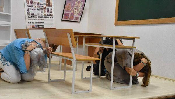 Toplantının devamında sarsma masası ile deprem anında yapılması gerekenleri göstermek amacıyla, Üsküdar Belediyesi aracılığıyla afete hazırlık eğitimi alan ev hanımları, depreme hazırlık uygulamasına katılarak, deprem simülasyon odasında 5.1 ve 7 büyüklüklerindeki depremleri yaşadılar. - Sputnik Türkiye