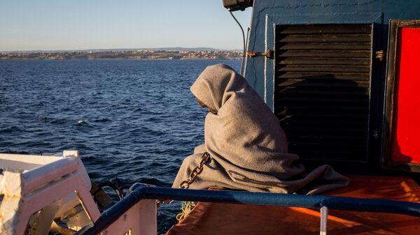 Akdeniz'de sivil toplum örgütü Sea Watch tarafından kurtarılan bir mülteci - Sputnik Türkiye