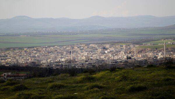 İdlib vilayetinin güney kırsalındaki Han Şeyhun'un uzaktan görünüşü - Sputnik Türkiye