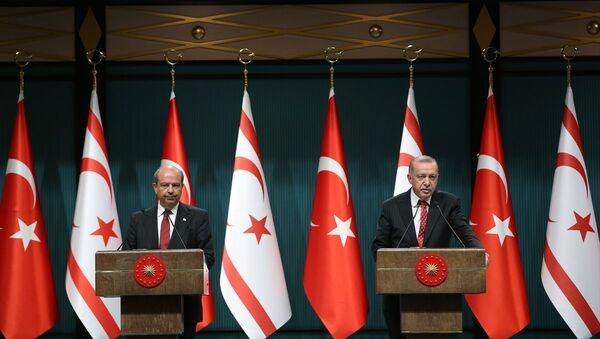 Cumhurbaşkanı Recep Tayyip Erdoğan, Kuzey Kıbrıs Başbakanı Ersin Tatar ile ortak basın toplantısı düzenledi. - Sputnik Türkiye