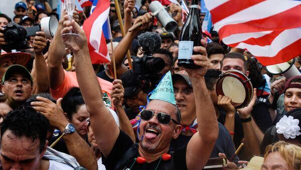 Porto Rikolular ısrarlı protestoların ardından 2 Ağustos 2019'da Vali Ricardo Rossello'nun istifa etmesini çılgınce kutlarken - Sputnik Türkiye