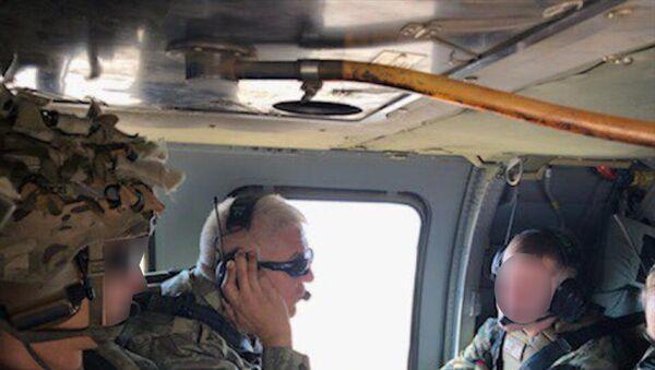 Suriye'de, Fırat'ın doğusunda güvenli bölge birinci safha uygulamaları kapsamında Türk ve ABD'li komutanların katıldığı ilk ortak helikopter uçuşunun bugün gerçekleştirildiği bildirildi. Milli Savunma Bakanlığının Twitter hesabından konuya ilişkin açıklamada bulunuldu. Bakanlık, ilk uçuştan fotoğraf da paylaştı.  - Sputnik Türkiye
