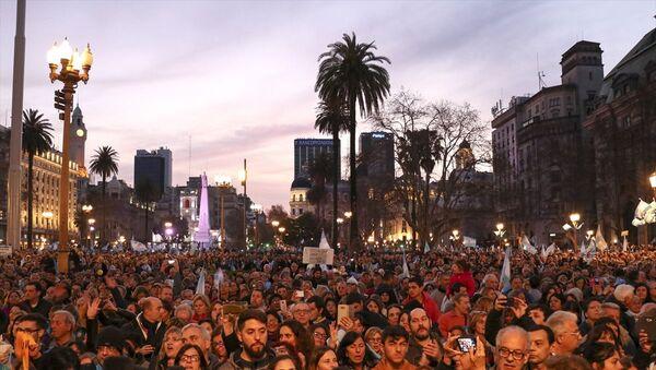 Arjantin'in başkenti Buenos Aires'te binlerce kişi Devlet Başkanı Mauricio Macri'ye destek gösterisi düzenledi. Göstericiler, şehrin merkezindeki Obelisco Dikilitaşında toplanarak Devlet Başkanlığı Binası Casa Rosada'ya kadar yürüdü. - Sputnik Türkiye