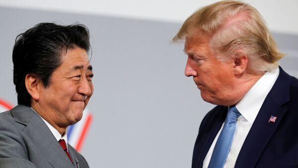 ABD Başkanı Donald Trump ile Japonya Başbakanı Şinzo Abe - Sputnik Türkiye