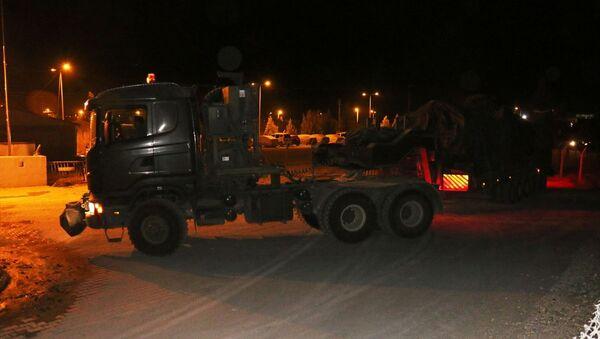 Türk Silahlı Kuvvetleri (TSK) tarafından Suriye sınırındaki askeri birliklere zırhlı araç ve mühimmat takviyesi yapıldı. - Sputnik Türkiye