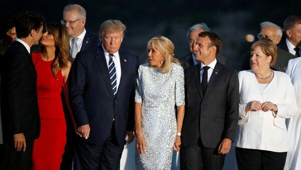G7 zirvesi aile fotosu çekimi sırasında Melania Trump, Justin Trudeau'nun yanağına öpücük kondururken - Sputnik Türkiye