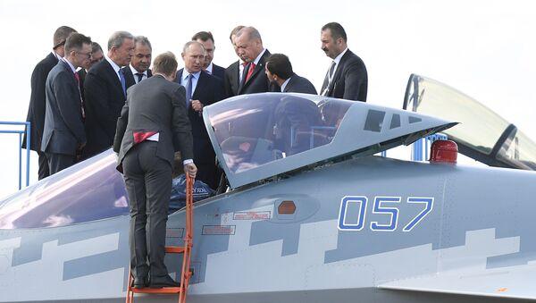 Başkent Moskova'nın hemen dışında yer alan Jukovskiy şehrinde düzenlenen MAKS-2019 Fuarı'nda Rus lider Putin ve Cumhurbaşkanı Erdoğan, Rusya'nın beşinci nesil savaş uçağı Su-57'yi inceledi. Komsomolskaya Pravda muhabiri Dmitriy Smirnov'un aktardığına göre böylelikle 'Erdoğan, bir Su-57 uçağının kokpitine göz gezdiren ilk yabancı lider oldu.' - Sputnik Türkiye