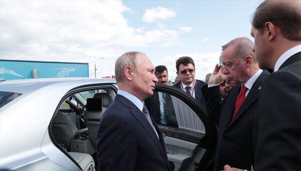 Türkiye Cumhurbaşkanı Recep Tayyip Erdoğan ve Rusya Devlet Başkanı Vladimir Putin, fuardaki stantları birlikte gezerek incelemelerde bulundu. - Sputnik Türkiye