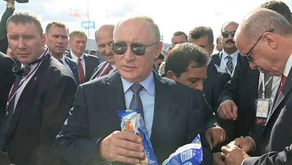Rusya Devlet Başkanı Vladimir Putin ve Türkiye Cumhurbaşkanı Recep Tayyip Erdoğan  MAKS-2019 Havacılık ve Uzay Fuarı'nın açılışında, dondurma alıyor.  - Sputnik Türkiye