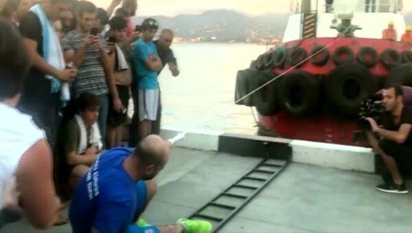 Tek parmağıyla 200 tonluk tekne çekti - Sputnik Türkiye