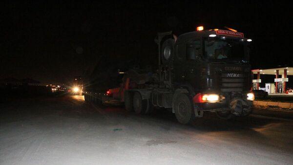 Türk Silahlı Kuvvetleri (TSK) tarafından Suriye sınırındaki askeri birliklere zırhlı araç, iş makinesi ve mühimmat takviyesi yapıldı. - Sputnik Türkiye